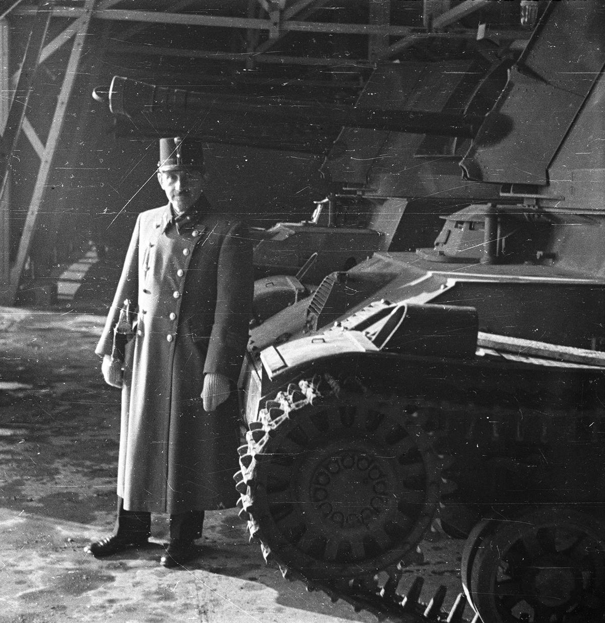 Czaykowski Emánuel mérnök ezredes egy 40M Nimród páncélvadász és légvédelmi gépágyú előtt.
